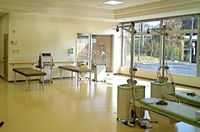 専用のリハビリ室。広く、明るい室内には、あらゆる リハビリ器具が揃っています。自由にご使用ください。